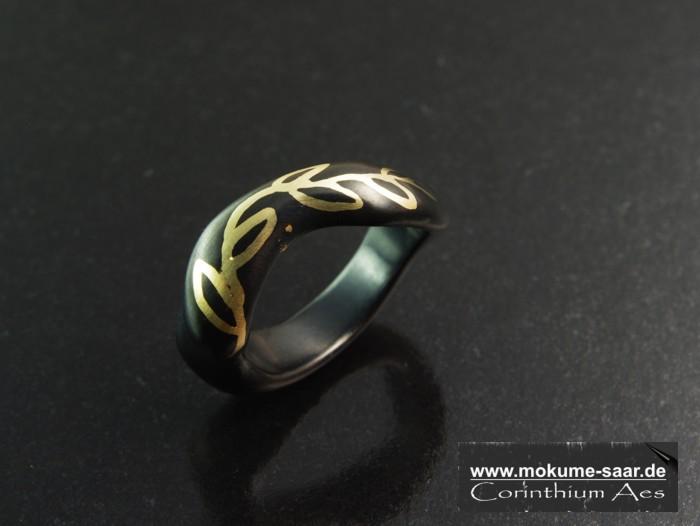 Schwarzer Ring mit Rankenornament