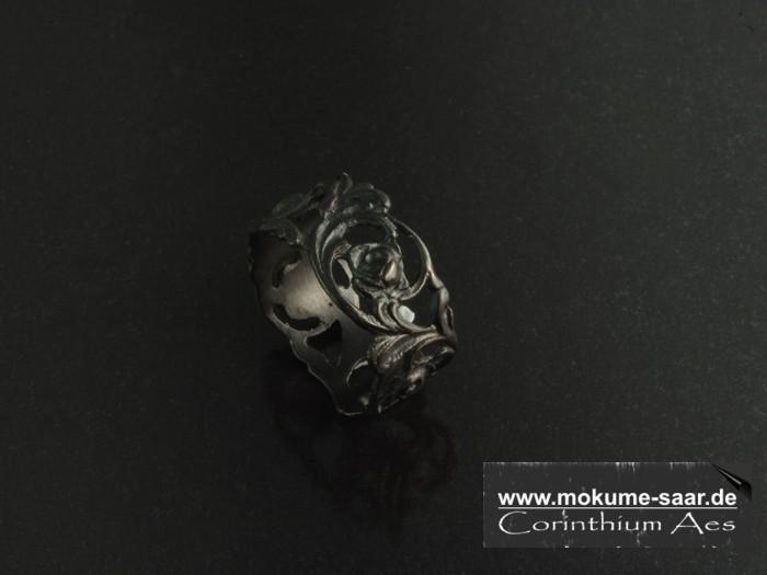 Schwarzer Ring mit Rosenmuster