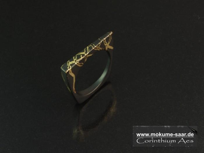 Schmaler schwarzer Ring mit Goldeinlage