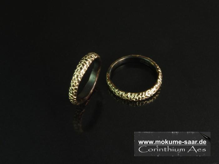 Zwei Ringe aus schwarzem Metall mit Strukturdesign