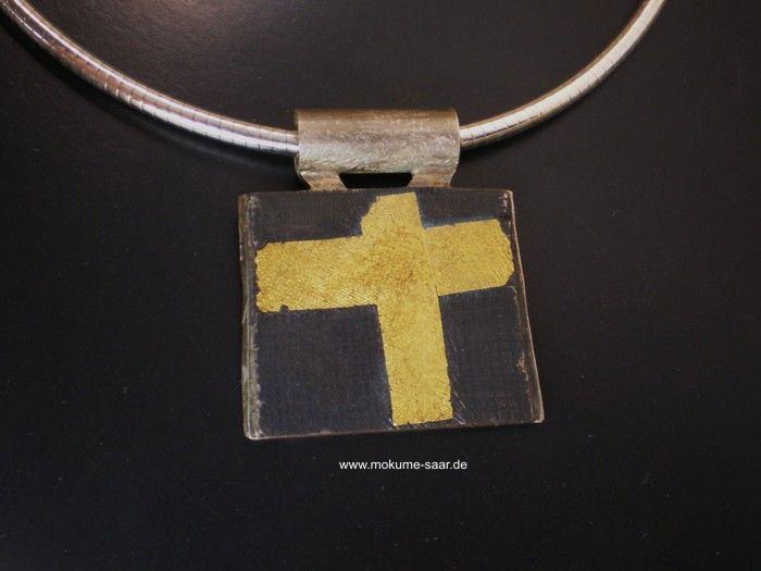 Anhänger aus schwarzem Metall mit Kreuz aus Feingold