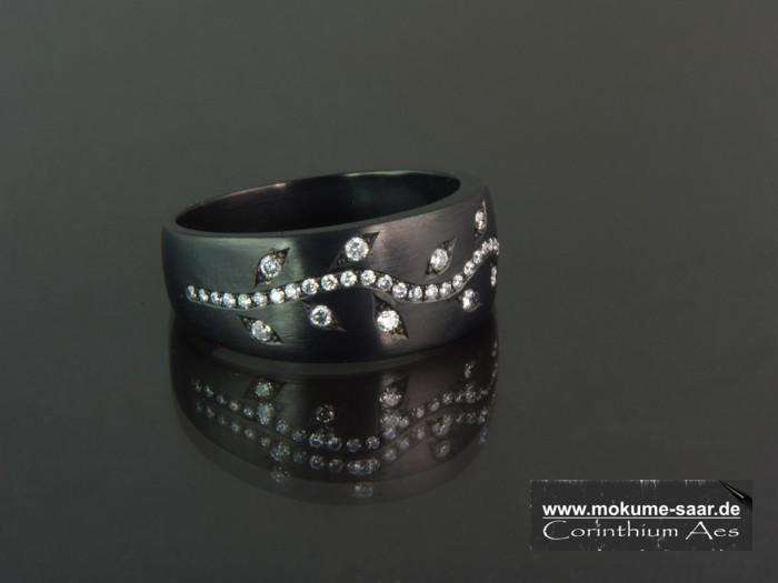 Schwarzer Ring mit Brillanten im Fadenverschnitt