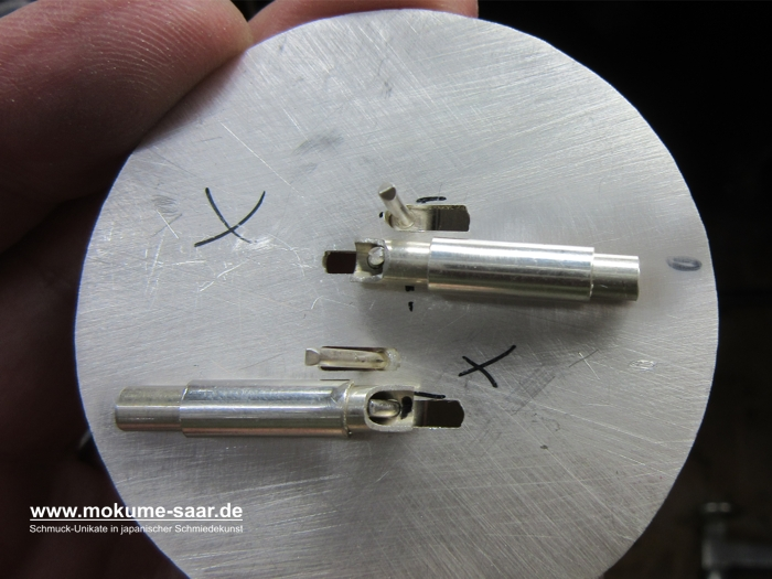 Rückseite des silbernen Deckels mit Verschlussmechanik
