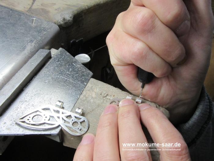 2 Hände mit Bohrer beim Anbringen von Löchern