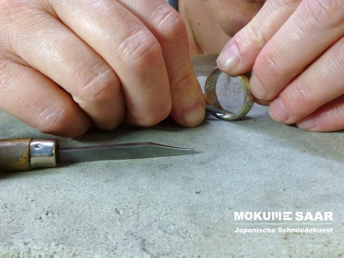Das Gravieren eines Mokume Gane Ringes mit einem Stichel