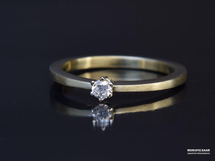 Liegender schmaler Ring mit Mokume Gane Schichten und Brillant in Krappenfassung