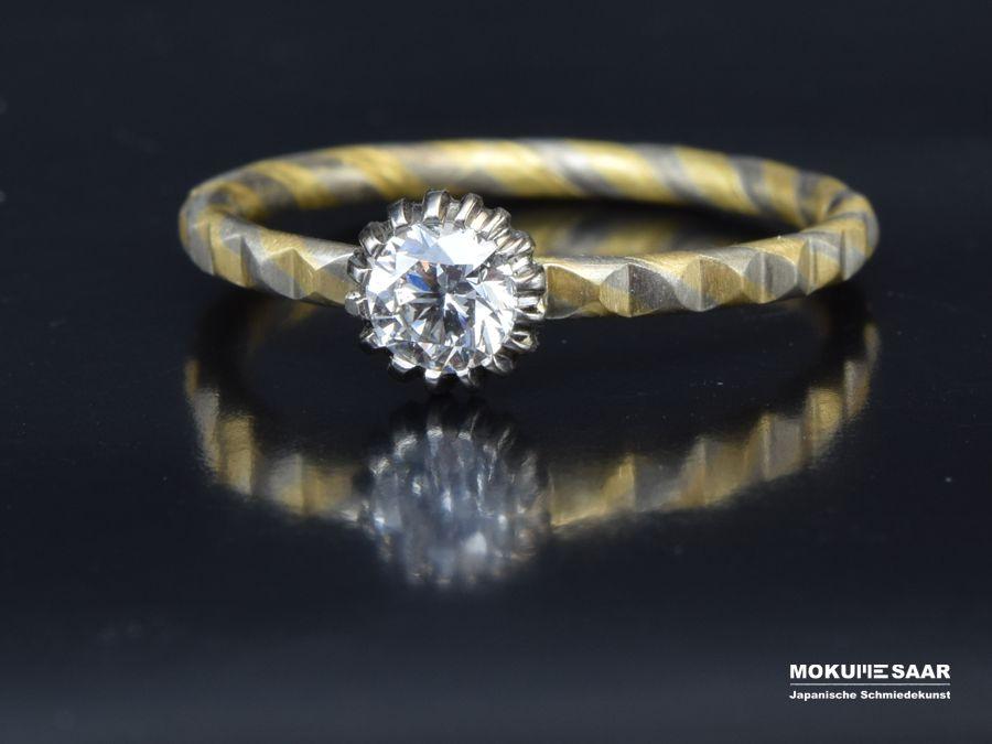 Mokume Gane Verlobungsring mit Brillant in besonderer Fassung