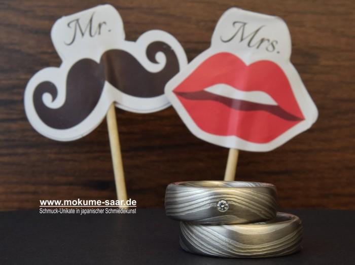 Zwei Mokume Gane Eheringe aus Weißgold und Silber mit Brillant im Damenring