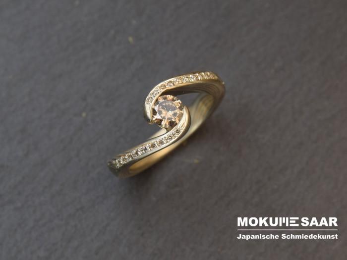 Ein Mokume Gane Verlobungsring mit Brillanten von oben