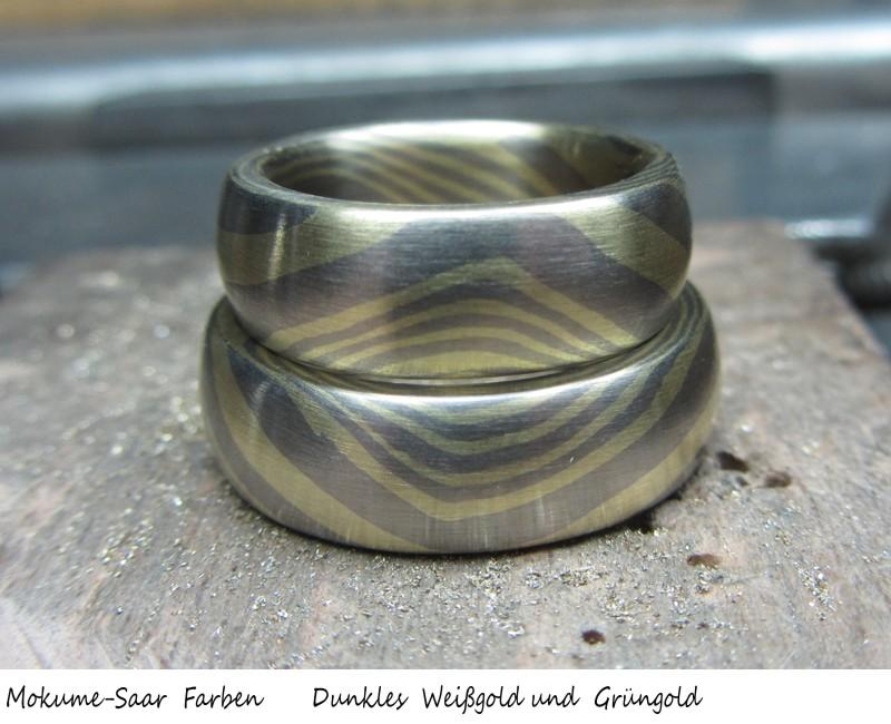 2 breite Ringe mit Wellenmuster aus Grüngold und Weißgold