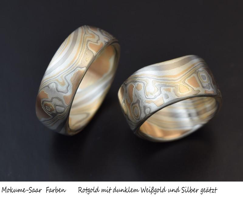 Zwei Eheringe mit Mokume Gane Muster aus Rogold, Weißgold und Silber